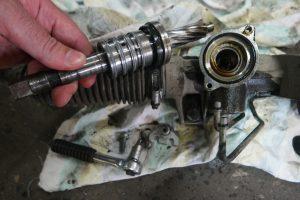 Замена верхнего сальника рулевой